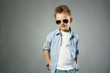in jeans: ni�o de moda en gafas de sol. ni�os de la manera