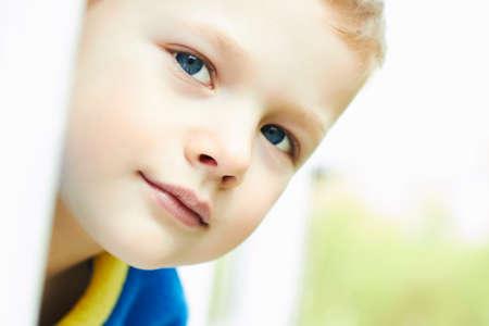 niños rubios: Foto del muchacho joven adorable divertido. La cara exterior del niño
