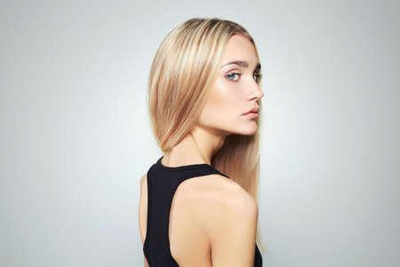 Jonge blonde vrouw met blauwe eyes.Beautiful blonde Girl