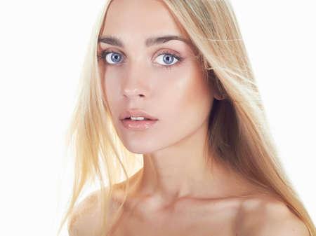 capelli biondi: giovane e bella donna con i capelli lunghi su bianco capelli girl.flying background.Blonde