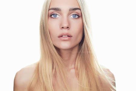 ragazze bionde: giovane e bella donna con i capelli lunghi su bianco capelli girl.flying background.Blonde