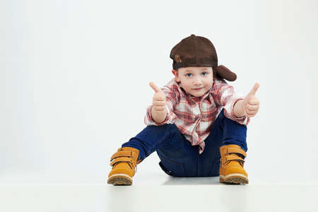 bebes lindos: niño boy.stylish moda en niño suit.funny Foto de archivo