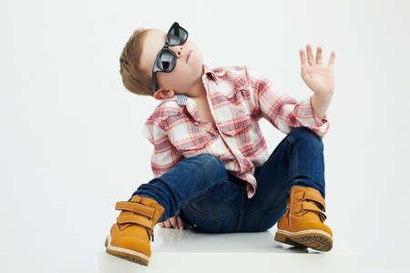 modelos hombres: Niño child.fashionable divertido en gafas de sol Foto de archivo