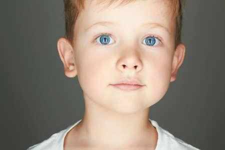 blonde yeux bleus: enfant. drôle de petit garçon. fermer. joie. l'émotion de 5 ans