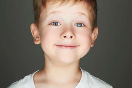 lächelndes Kind. lustigen kleinen Jungen. Freude. 5 Jahre old.kids Emotion