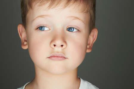 blonde yeux bleus: enfant. dr�le de petit gar�on. fermer. joie. l'�motion de 5 ans