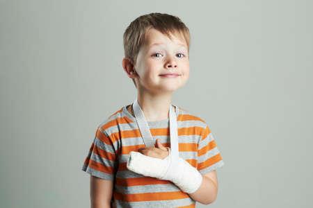Mały chłopiec w cast.child ze złamaną ręką