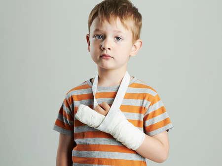 kleine jongen in een cast.child met een gebroken arm Stockfoto