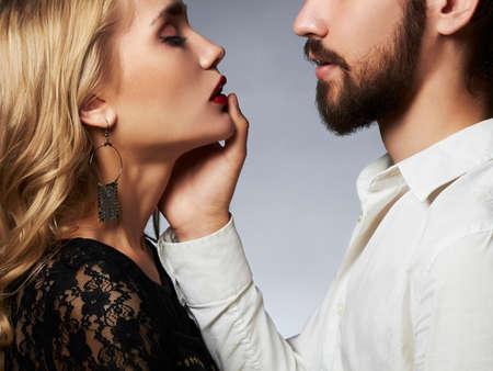 Kussend paar portrait.romantic mooie vrouw en knappe man. Knappe jongen en meisje