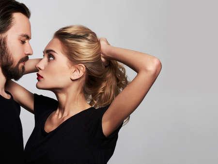Romantische couple.beautiful vrouw en knappe man.lovely jongen en dag girl.kiss.Saint Valentijnsdag