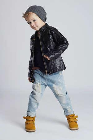 Grappig child.fashionable kleine jongen in hat.stylish kind in gele shoes.winter fashion kinderen