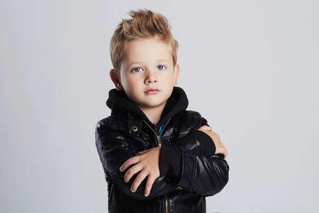 Modieus kind in leerlaag modieus kleine jongen. Autumn fashion.funny 6 jaar oud kind