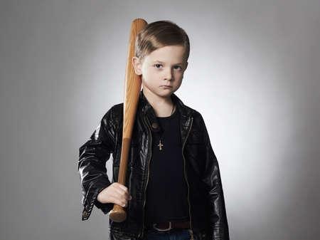 Verbrecher Junge mit Baseball bat.Funny Kind in Leder coat.little verbrecher Standard-Bild - 65249525