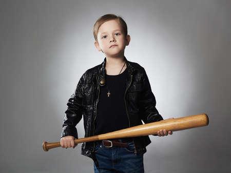 Verbrecher Junge mit Baseball bat.Funny Kind in Leder coat.little verbrecher Standard-Bild - 65249526