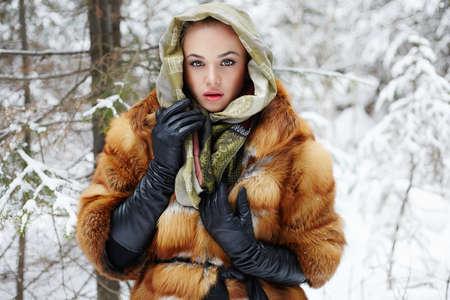 visone: Modello di bellezza ragazza nel periodo invernale. bella giovane donna in moda cappotto di pelliccia, guanti di pelle e sciarpa. neve siberiano intorno Archivio Fotografico