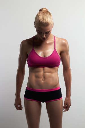 athletisches Mädchen muskulöse Eignungsfrau, ausgebildeter weiblicher Körper Gesunder Lebensstil Bodybuilding