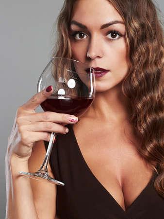 赤ワインのグラスと豪華なセクシーな女の子。美しい女性の wine.make アップを飲む