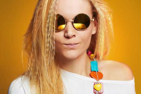 Grappig tiener meisje in zonnebril.be beauty jonge hipster