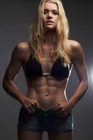 Gewichtsverlust.sexy schöne dünne Mädchen in Jeans Shorts.muscular Frau Standard-Bild - 76843505