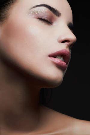 美しいモデル Woman.Beauty クリスマス キラキラ目でメイクのシャドウします。 写真素材