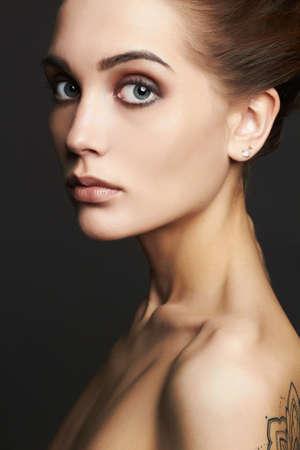 Ashion Porträt der schönen sexy Frau mit Tattoo.naked Schönheit Mädchen mit Make-up Standard-Bild - 78585163