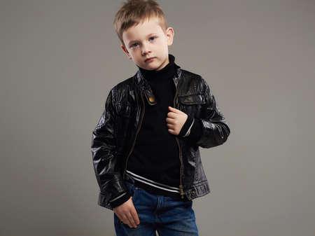 Enfant Drôle De Roche Avec La Guitare Petit Garçon à La Mode