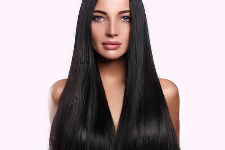 Belle femme avec les cheveux longs et make-up.beauty modèle fille avec les cheveux brillants Banque d'images - 81648367