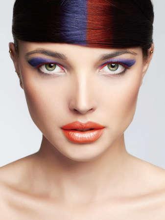 カラフルな女性の顔を確認します。カラフルな化粧と髪の美少女 Makeup.sexy