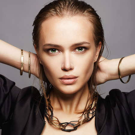 Hermosa mujer con cabello mojado y maquillaje.model girl.fashion belleza maquillaje