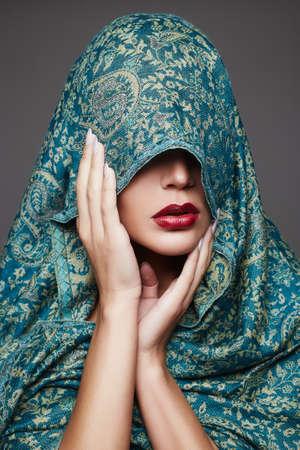 아름 다운 패션 이슬람 스타일 여자 face.cover 얼굴에 착 색된 cloth.red 입술 소녀