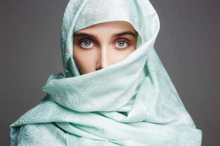 青 cloth.fashion イスラム スタイルの girl.make のアラビア美人 写真素材