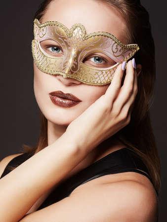 마스크에서 아름 다운 젊은 여자. 카니발 마스크에서 아름다움 모델 소녀 스톡 콘텐츠