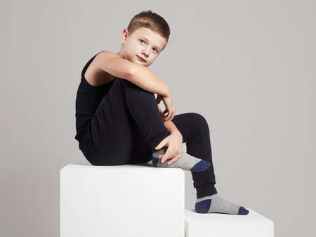 Modieus kind in studio. kleine modeljongen Stockfoto
