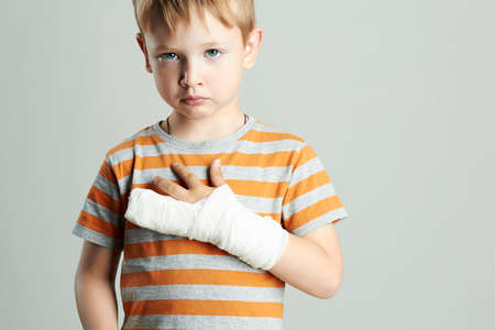 Triste petit garçon dans un cast.child avec un bras cassé.après un accident Banque d'images - 88170307