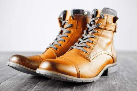 Yellow shoes. fashion men's boots. trendy shoes still life on wooden background 免版税图像 - 92620702