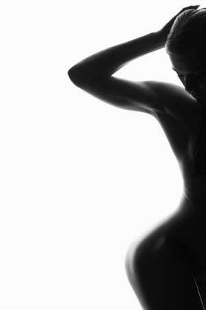 Retrato preto e branco. silhueta nua feminina. jovem mulher sexy. menina com corpo Foto de archivo - 93820064