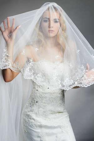 ウェディングドレスとベールの美しい花嫁の女性。若い豪華な花嫁のファッションポートレート