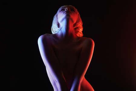 Naakte Vrouw, Kleurrijke verstralers die in studio stellen. Regenboog naakt silhouet van blond meisje Stockfoto
