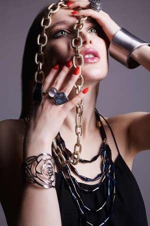 bella donna con gioielli. Tutto in gioielleria Modello. ragazza alla moda con trucco di bellezza e collana, anelli e bracciale