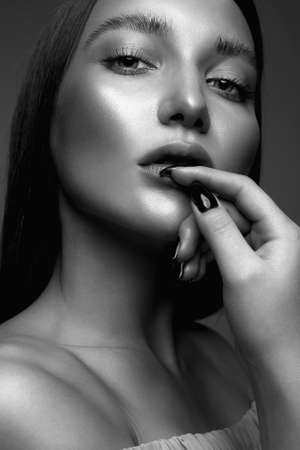 Ritratto in bianco e nero del primo piano della ragazza di bellezza. Bella giovane donna con il trucco bagnato