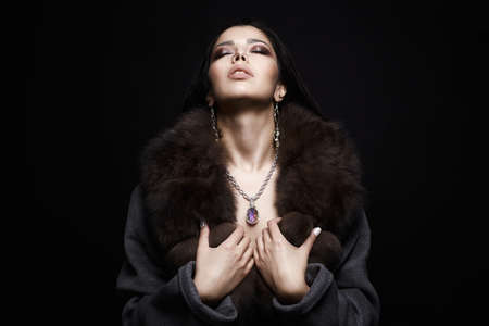 Beautiful Girl in Jewelry and Fur. Winter Style Woman in Luxury Fur. Make-up and accessories Фото со стока - 122955024