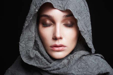 schöne junge Frau im headcarf.winter Modemädchenporträt. Religion