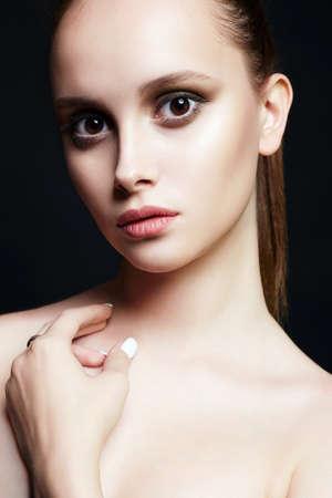 mooi meisje met grote bruine ogen. jonge vrouw met make-up. Schoonheid mode portret. Fris gezicht Stockfoto