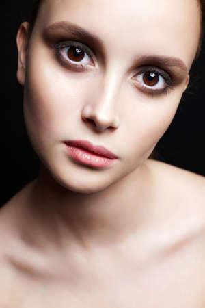 큰 갈색 눈을 가진 아름 다운 소녀입니다. 깨끗한 피부 얼굴을 가진 젊은 여자. 뷰티 패션 초상화