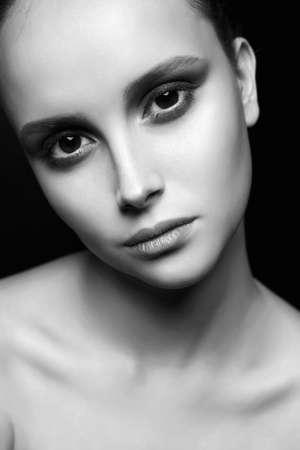 Weibliches Gesicht. schönes Mädchen mit großen Augen. junge Frau mit sauberem Hautgesicht. Beauty Fashion schwarz-weiß Portrait
