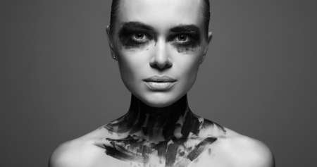 Beautiful Young woman with Paint on her Face and Body. Girl with halloween make-up 免版税图像 - 158168039