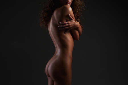 Female Back Silhouete. Naked girl with curly Hair. Nude Beautiful young woman with curls hairstyle 免版税图像 - 158168043