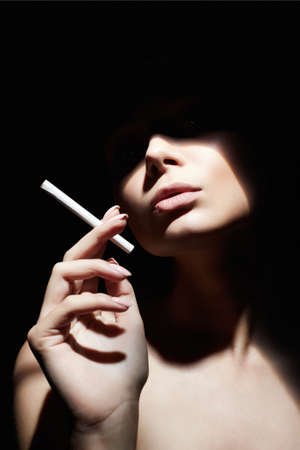 Beautiful woman with a cigarette. Retro style portrait. Lady girl with face under shadow 免版税图像 - 159088364
