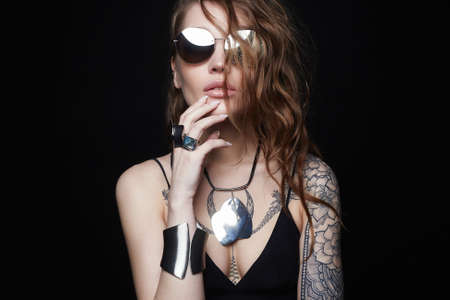 Beautiful sexy woman with tattoo. beauty tattooed girl in sunglasses and jewelry 免版税图像 - 164856018