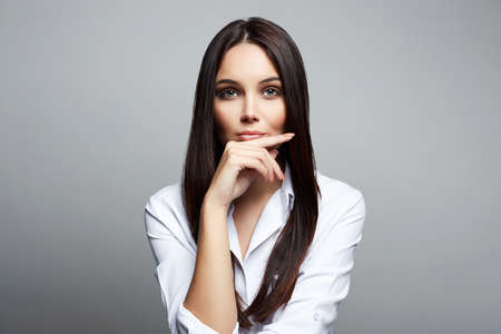 Beautiful Brunette Girl. fashion portrait of beautiful woman in studio 免版税图像